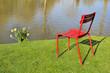 chaise rouge au bord de l'eau