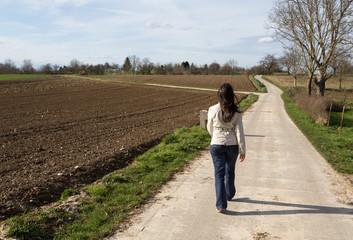 Femme en promenade en campagne