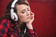 atrakcyjna studentka słucha audio booka