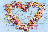 Fototapety Herz aus Blütenblättern