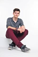 Junger Mann im Schneidersitz