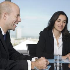 Businessteam lächelt beim Arbeitsmeeting im Büro