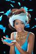 Hübsche Afrikanerin blickt cool mit blauen Federn