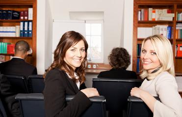 Zwei Businessfrauen