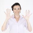 Geschäftsfrau zeigt mit ihren Fingern die Zahl zehn an