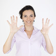 Geschäftsfrau zeigt mit neun Fingern die Zahl 9 an
