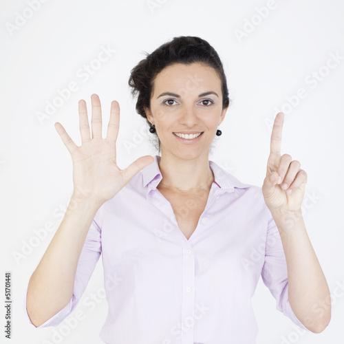 Geschäftsfrau zeigt mit sechs Fingern die Zahl 6 an