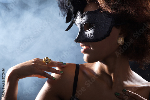 Hübsche Afrikanerin mit Karneval Maske blickt seitlich
