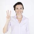 Geschäftsfrau zeigt mit drei Fingern die Zahl 3 an