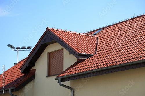 Dach na budynku z czerwonej cegły.