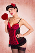 Pinup Girl in Dessous mit Herz in der Hand