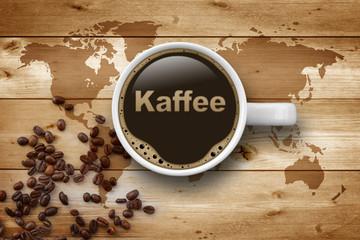 Kaffeetasse auf Holz mit Weltkarte