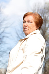 Женщина-пенсионерка гуляет весной