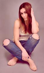 Junge Frau in alter Jeans 2