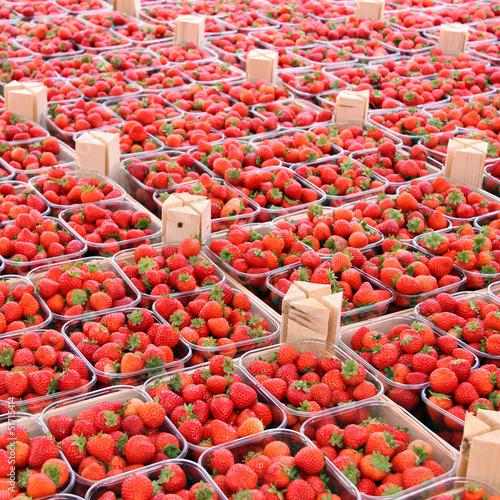 obststiegen mit erdbeeren