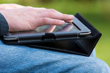 Jugendlicher mit Tablet-PC