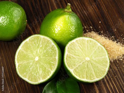 Limetten mit braunem Zucker