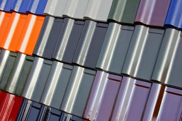 Mehrere verschieden lackierte Dachziegel