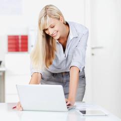 moderne geschäftsfrau arbeitet am laptop