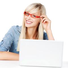 frau mit brille am laptop