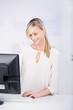 lächelnde geschäftsfrau am computer