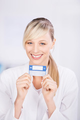 lächelnde ärztin versicherungskarte