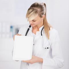 lächelnde ärztin zeigt information am tablet