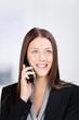 lächelnde junge geschäftsfrau am telefon