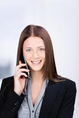 lächelnde mitarbeiterin am telefon