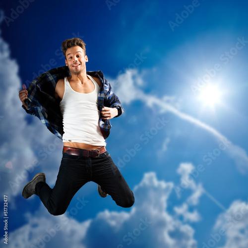 glücklicher springender junger Mann
