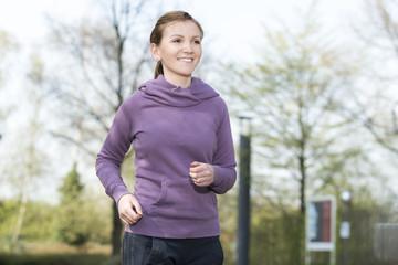Sportlerin beim Jogging im Park