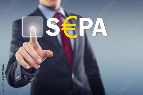 Mann tippt auf Display SEPA