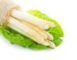 Spargelbund auf Salatblatt