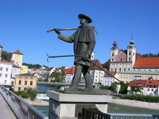 Stadtansicht von Steyr in Oberösterreich mit dem Flößerdenkmal