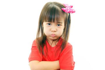 不満な表情の女の子