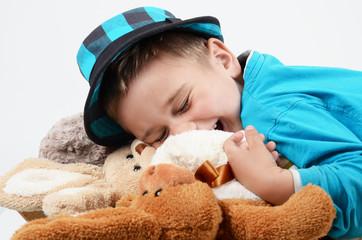 Kind mit Kuscheltieren