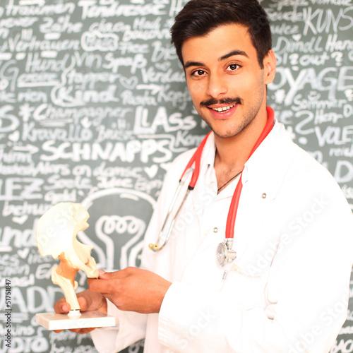 junger Arzt mit Hüftgelenk