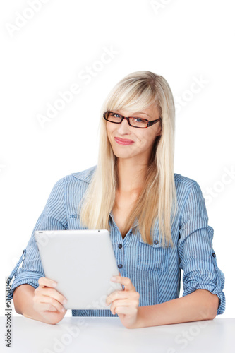 blonde frau mit tablet