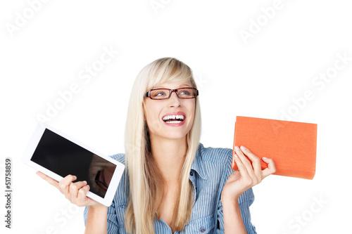 lachende frau mit buch und tablet