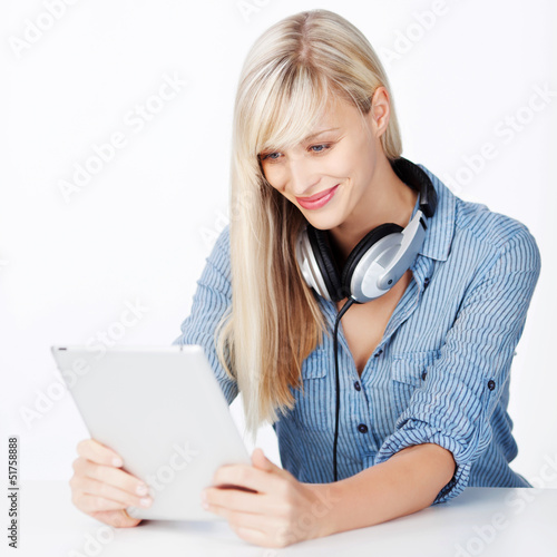 frau hört musik mit tablet