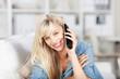 blonde frau telefoniert zu hause