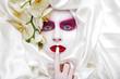 Hübsche junge Frau mit tollem Make Up hält Finger an Mund