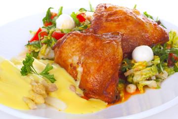 Hähnchenschenkel auf Salat und Spargelgemüse