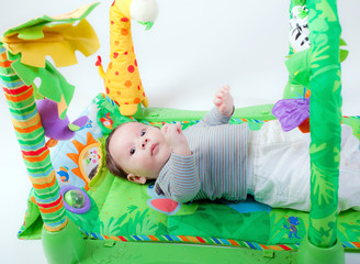 neonato con giochi
