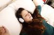 Musik hören auf dem Bett