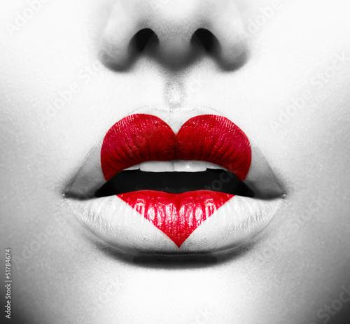 uroda-seksowne-usta-farba-w-ksztalcie-serca