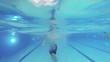 Junge schwimmt im Pool