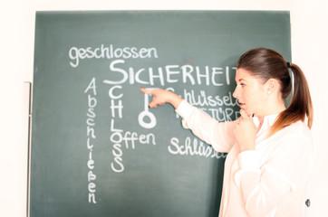 junge Lehrerin an der Tafel