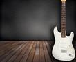 Raum mit Holzboden und E-Gitarre im Vordergrund