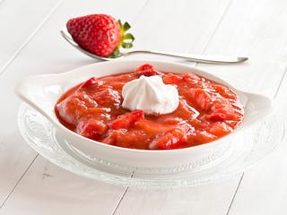 Rhabarber-Erdbeer-Kompott mit frischen Erdbeeren